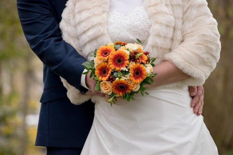 Para młoda przed udaniem się na salę weselną
