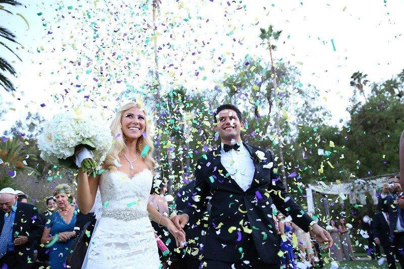 Para młoda przed wejściem na salę weselną