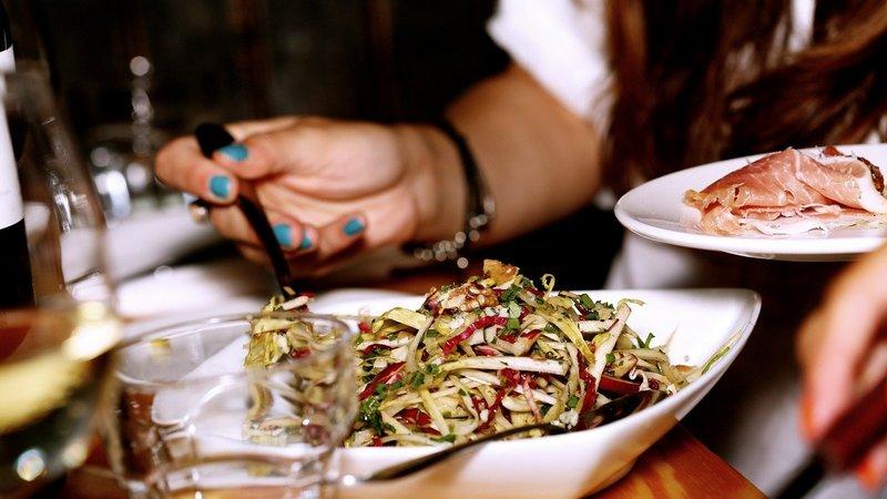 Nakładanie sałatki na talerz